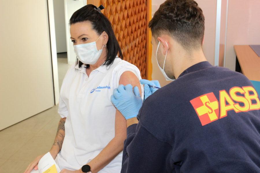 COVID-19: Erste Impfung für rund 900 Beschäftigte und Betreute